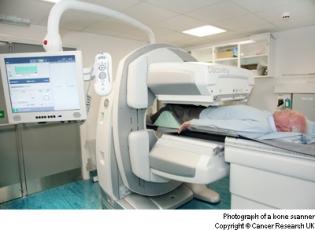 مريض تحت الجاما كاميرا لفحص العظام بالطب النووي