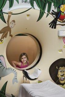 طفلة تلعب حول جهاز الأشعة المقطعية
